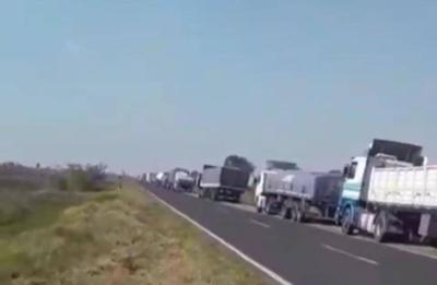 """HOY / Unos 300 camioneros paraguayos varados en Clorinda: """"nos tienen como animales acá"""""""