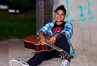 Joven indígena sorprende cantando en su lengua
