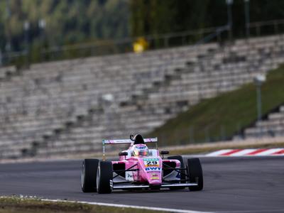 Joshua Duerksen sube al podio en Nürburgring