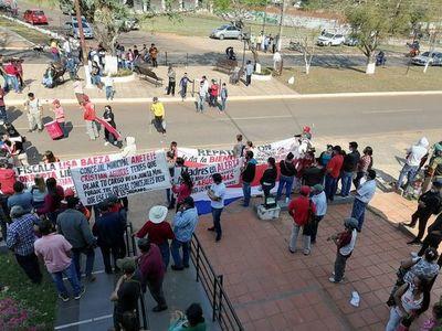 Ciudadanos protestan contra concejal acusado de abusar de una menor