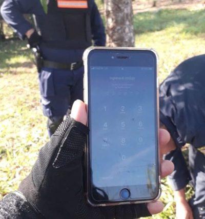 Delincuentes arrojan celular robado tras persecución
