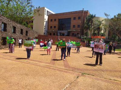 Pacientes de la Consejería Cannabica del Amambay marcharon hasta el palacio de Justicia de Pedro Juan