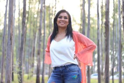 La cantante Mirta Talavera, paraguaya galardonada en los Premios Gardel