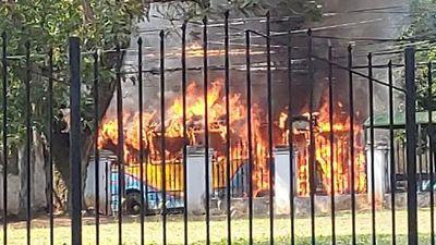 Se incendió un colectivo de la línea 26 frente a Mburuvicha Róga