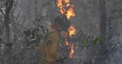 La Nación / Fuego consumió móvil de bomberos y voluntario fue hospitalizado
