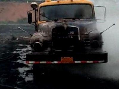 Camión de bomberos es alcanzado por las llamas