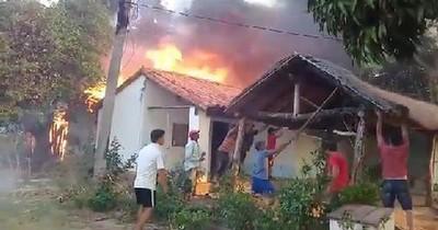 La Nación / Incendio forestal alcanzó a una humilde vivienda y un puente en Arroyos y Esteros