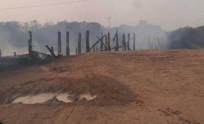 Viejo puente de madera de Arroyos y Esteros se desmorona tras incendiarse
