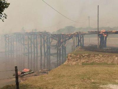 Incendio consume emblemático puente en Arroyos y Esteros