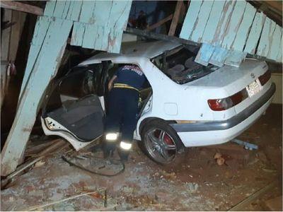 Policía embiste contra una vivienda y deja dos menores heridas