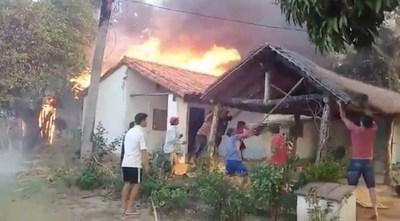 Lamentable: prenden fuego y obligan a vecinos a echar parte de su casa