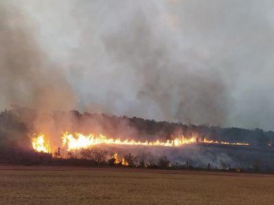 Bomberos luchan contra incendio en una estancia de Santa Rita