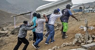 La Nación / Peruanos vuelven a los cementerios para visitar a familiares muertos por COVID-19