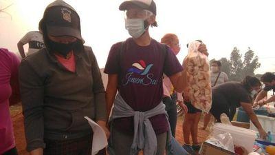 Llevan comida y agua a bomberos que luchan contra el fuego en Cateura