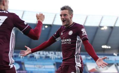 Vardy guía una verdadera exhibición de Leicester ante el City