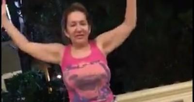 """La Nación / Senadora, ¿ebria y con armas? Zulma Gómez publica video """"tomando un poco de cerveza"""""""
