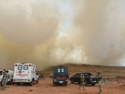 Instan a no salir de las casas por el humo tóxico del incendio en Cateura