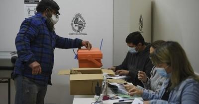 La Nación / Uruguay celebra elecciones con tapabocas, distancia y alcohol en gel