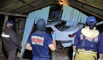 Policía choca contra una casa y deja dos niñas heridas