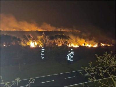 Bomberos logran controlar incendio tras 18 horas en San Juan del Paraná