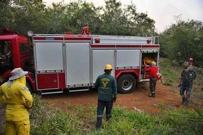 Arduo trabajo de bomberos y guardaparques controlar incendios forestales