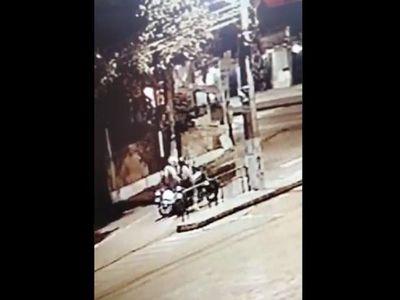 Desconocido manoseó a una motociclista en el semáforo