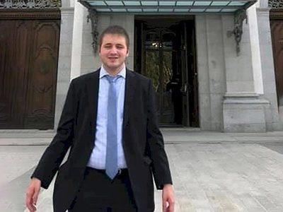 España: Un joven de 26 años no vidente, se convierte en el primer fiscal ciego de su país