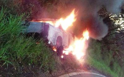 Se incendia camioneta que transportaba droga