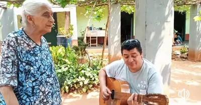 La Nación / Ña Conchita, la abuelita que conquistó las redes cantando música paraguaya