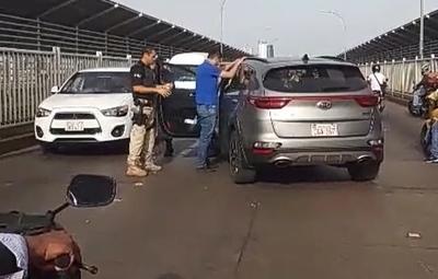 Dicen que KIA no es ROBADA, pero no EXPLICAN por qué el CHOFER fue detenido y ESPOSADO en medio del Puente