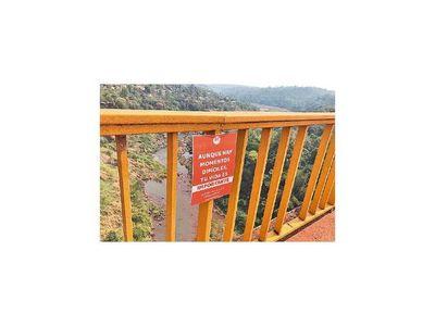 Jóvenes colocan carteles  en   puente para ofrecer ayuda