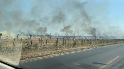 HOY / Intensa humareda por quema de pastizal en el Silvio Pettirossi