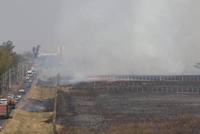 Intensa humareda producto de una quema de pastizal en el predio del aeropuerto Silvio Pettirossi