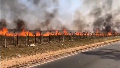 Bomberos logran controlar incendio en predio del aeropuerto