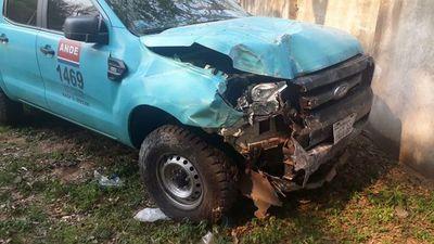 Funcionario ebrio destruye camioneta de la ANDE
