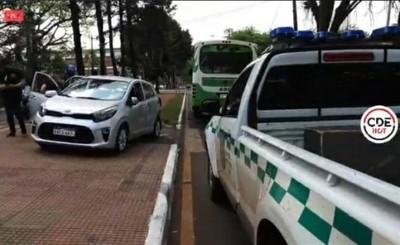 Automóvil y colectivo protagonizan accidente frente a la Gobernación