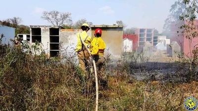 Incendios en Cerro Koi y detrás de cementerio en Valle Pucú •