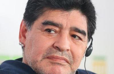 La máscara 'interplanetaria' de Diego Maradona en el regreso del fútbol argentino