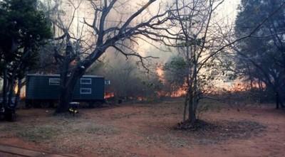 Voraz incendio se desata en el Cerro Koi de Areguá