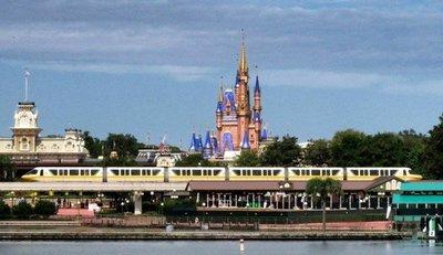 Cientos de trabajadores de Disney exigen ayuda en EE.UU. tras ser despedidos