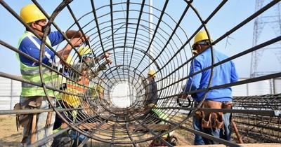 La Nación / Construyen armaduras para pilotes en zona del futuro puente Chaco'i