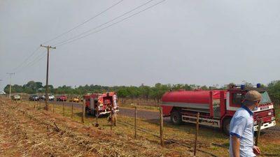 Paraguay en llamas:Incendio consumió una cosechadora y plantaciones de caña de azúcar
