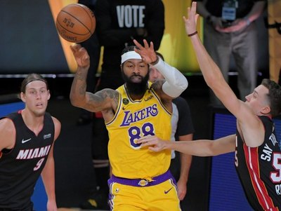 Los Lakers arrasan a los Heat en el arranque de finales de la NBA