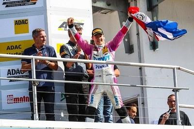 Piloto paraguayo que compite en la Fórmula 4 recibirá apoyo del Gobierno