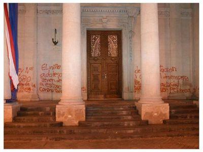 Prisión domiciliaria para una de las imputadas por daños al Panteón
