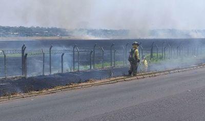 Incendio en predio del aeropuerto se inició en terrenos que fueron cercados