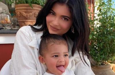 Kylie Jenner viste a su hija con un look de miles de dólares para su primer día de clases
