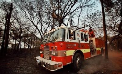 HOY / Gobernador dona su salario a bomberos y pide a colegas hacer lo mismo