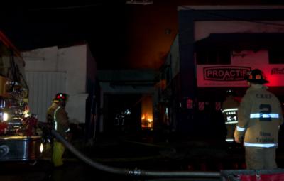 Voraz incendio en depósito de materiales de limpieza