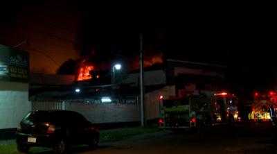 Incendio de gran magnitud en depósito de materiales de limpieza